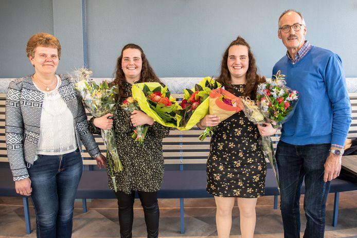Eefje (r) en Fianne (l) Vermeulen uit Schoonhoven ontvingen de eerste praktijkverklaringen in Midden-Holland. Hun ouders Peter en Jeannette zijn apetrots.