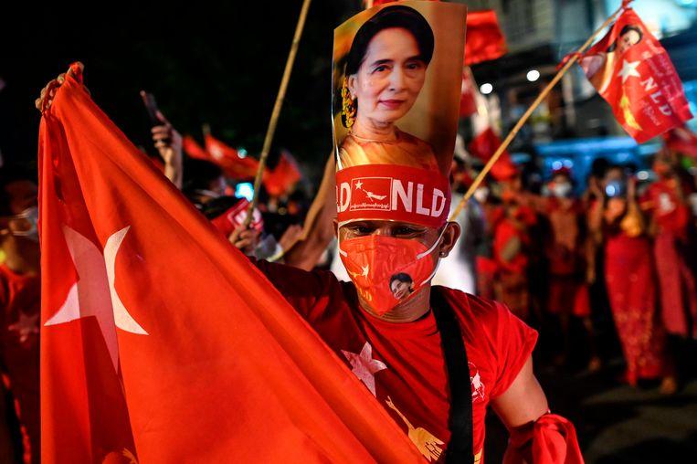 Aanhangers van de NLD, de partij van regeringsleider Aung San Suu Kyi, vieren feest na de verkiezingszege.  Beeld AFP