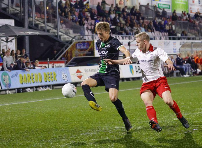 Rechtsbuiten Freek van Eijk van SVV Scheveningen wordt bewaakt door Barendrecht-speler Kevin Cornet.