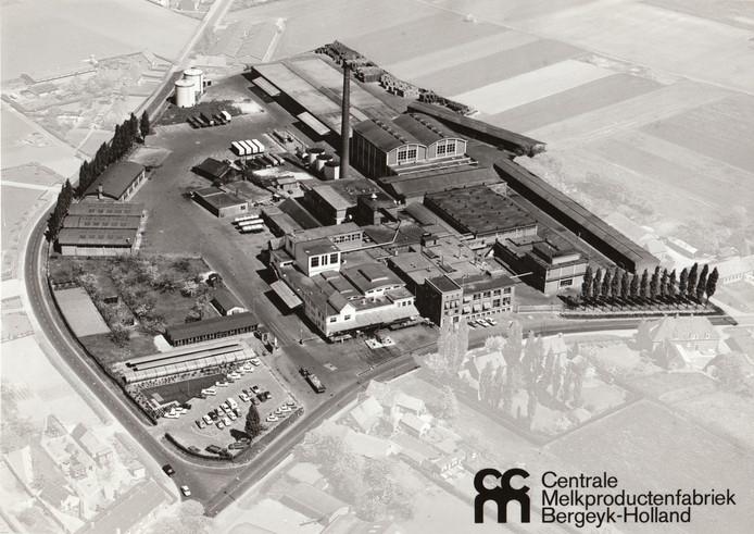 Een historische luchtfoto van melkfabriek 't Stoom in Bergeijk.