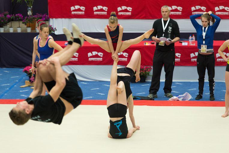 Acrobatische gymnastiek van de bovenste plank in Breendonk