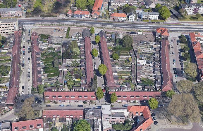 Luchtfoto van de 119 woningen in de Gildebuurt in Eindhoven die Wooninc. wil renoveren of slopen en vervangen door nieuwbouw. De bewoners mogen de keuze maken.