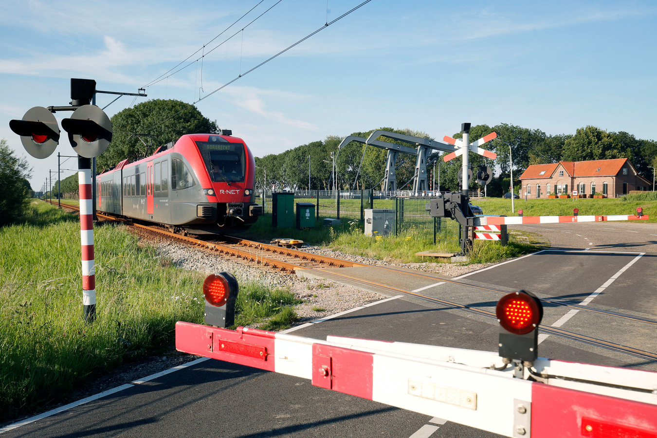 Het treinverkeer tussen Gorinchem en Leerdam ligt tot zondagavond laat stil. Passagiers van de MerwedeLingelijn worden per bus vervoerd.