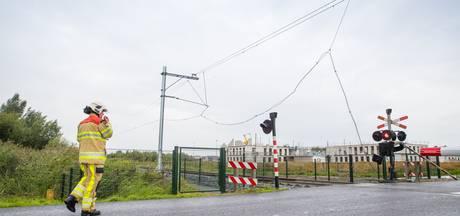 Vrachtwagen sloopt bovenleiding, treinverkeer Zwolle - Kampen plat