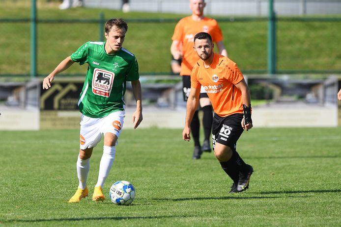Nicolas Van Peteghem (links) wordt op de huid gezeten door Mitchell Van Den Meersch, die drie keer scoorde voor Erpe-Mere.