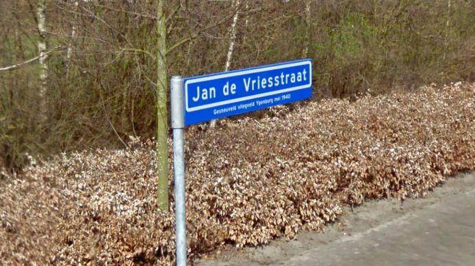 Een straatnaambord in Diessen, mét toelichting.