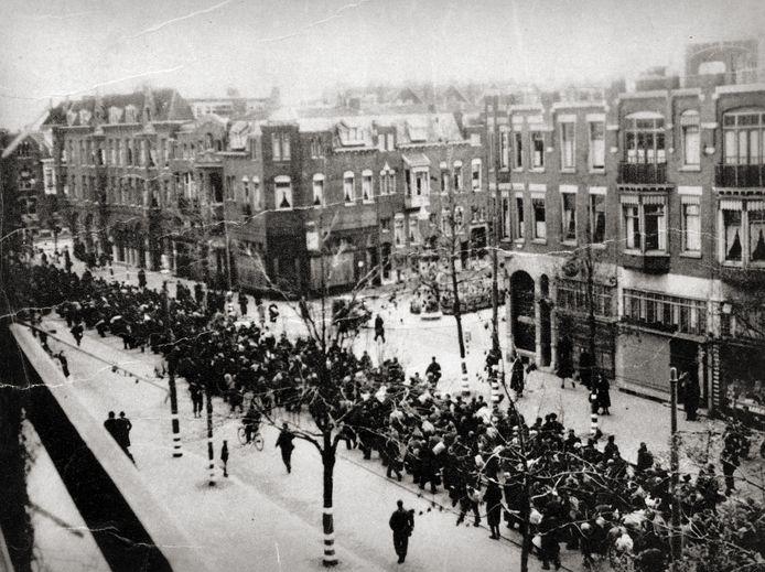 De Oudedijk, november 1944. In een lange stoet trokken de mannen naar één van de verzamelplekken in Rotterdam.