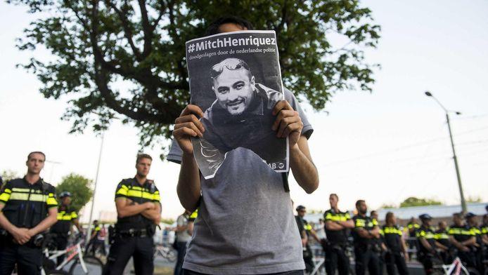 duizenden kwamen vorig jaar in opstand, nadat Mitch Henriquez om het leven was gekomen.