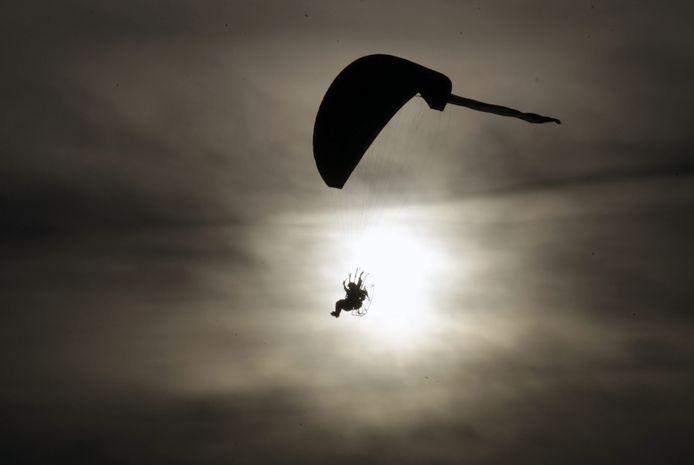 Een paraglider in actie (foto ter illustratie)