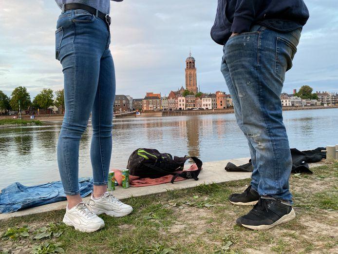 Enkele jongeren en volwassenen namen zaterdag tóch het risico een boete op te lopen bij de IJssel, nadat de gemeente vrijdagavond een verbod instelde na ongeregeldheden en het negeren van coronaregels.