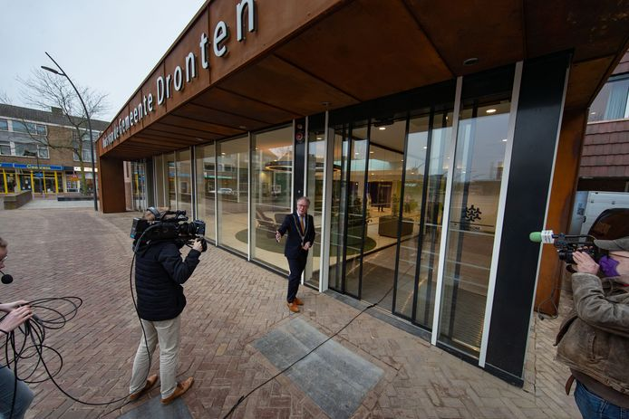 Vanochtend opende burgemeester Jean Paul Gebben de deur van het vernieuwde gemeentehuis van Dronten.