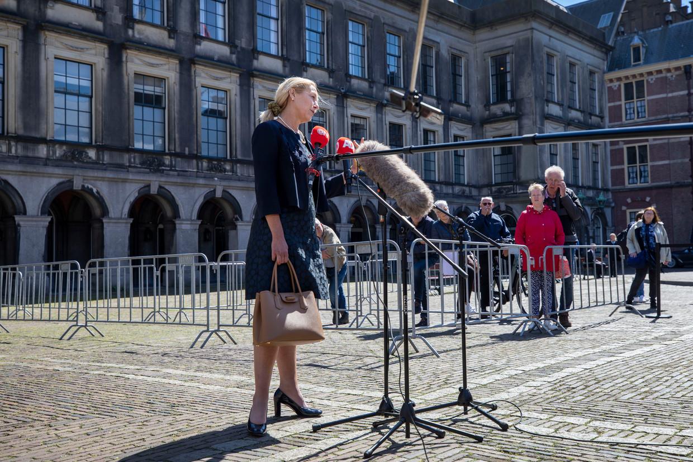 D66-leider Sigrid Kaag staat op het Binnenhof de pers te woord. Zij wil 'vaart maken' met de formatie. Beeld Werry Crone