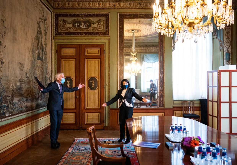 Kamervoorzitter Khadija Arib ontvangt Herman Tjeenk Willink dinsdag in de Stadhouderskamer in de Tweede Kamer. Tjeenk Willink wordt informateur. Beeld Freek van den Bergh / de Volkskrant