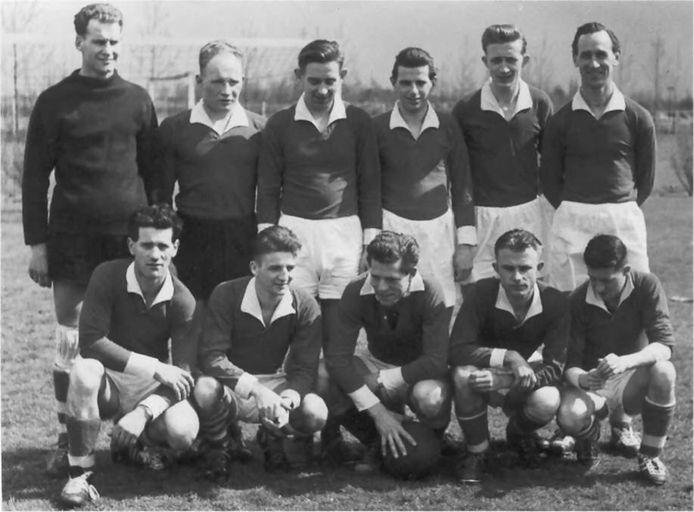 Het elftal waarmee Tongelre in 1960 naar de eerste klasse (destijds de hoogste amateurafdeling) promoveerde.