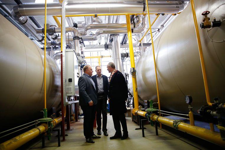Minister Henk Kamp tijdens een bezoek in 2016 aan The Green Innovator, een handelskwekerij met tropische groene planten die wordt verwarmd met warmte uit de aarde. Beeld ANP