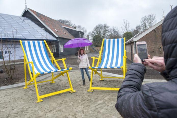 De grote strandstoelen bij het VVV inspiratiepunt in Renesse: altijd leuk voor een apart kiekje.