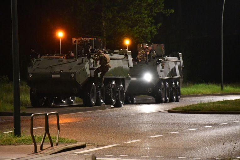 Pantserwagens aan de ingang van het nationaal park Hoge Kempen in Dilsen-Stokkem. Beeld BELGA