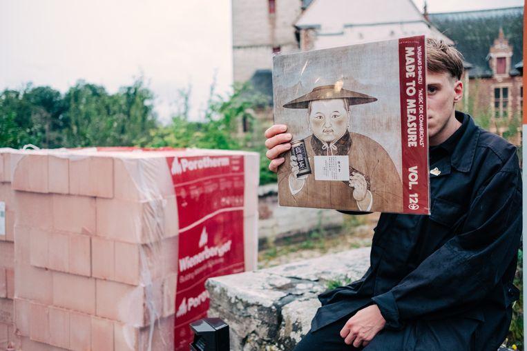 Nosedrip op HORST, met een legendarische vinylplaat van het Belgisch label Crammed die hij toevallig bij had om te ruilen met een andere verzamelaar. Beeld Illias Teirlinck