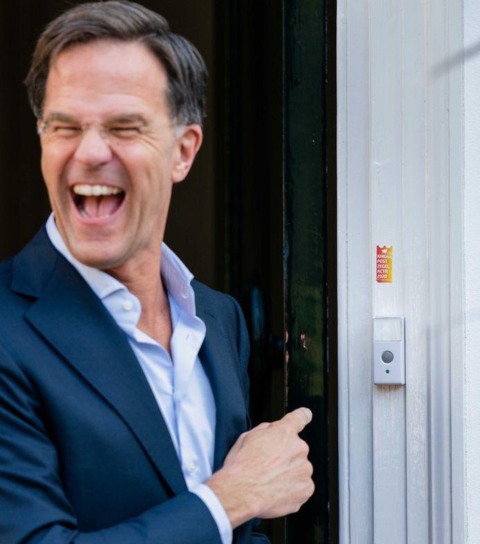 Ook Mark Rutte ontkomt niet aan de sticker boven de deurbel die er 'nooit meer afgaat'.
