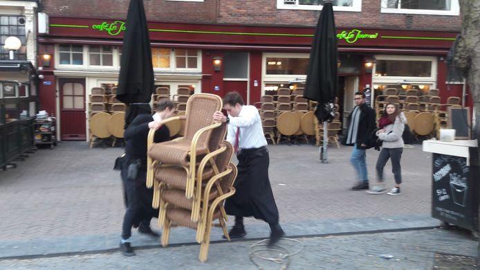 Bij café Le Journal op de Neude in Utrecht blijven de deuren voorlopig dicht vanwege een uitbraak van corona onder het personeel.
