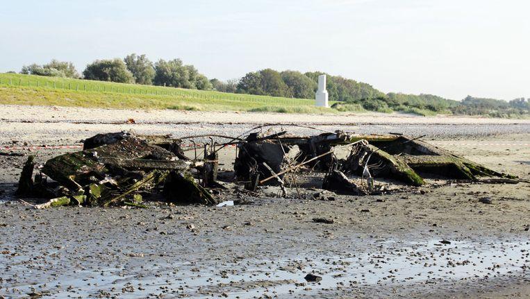 Het ontplofte betonnen caisson op het strand van Ritthem. Beeld ANP