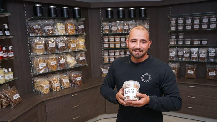 Kenzo Deswert lanceerde drie jaar geleden zijn eigen lijn van gezonde snacks voor honden en katten onder de naam Kengz. Nu opent hij ook zijn eigen winkel.