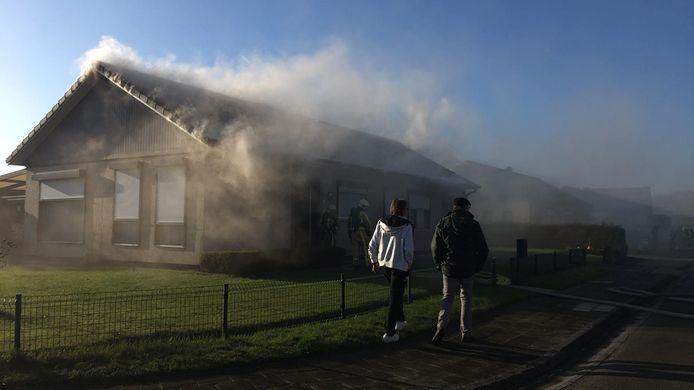 De vlammen sloegen over in het isolatiemateriaal onder het dak.