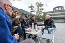 Iris Nobel, Mahmoud (midden) en Matthew McPike (tweede van rechts) in gesprek met passanten voor het stadhuis in Doetinchem. Foto: Jan Ruland van den Brink