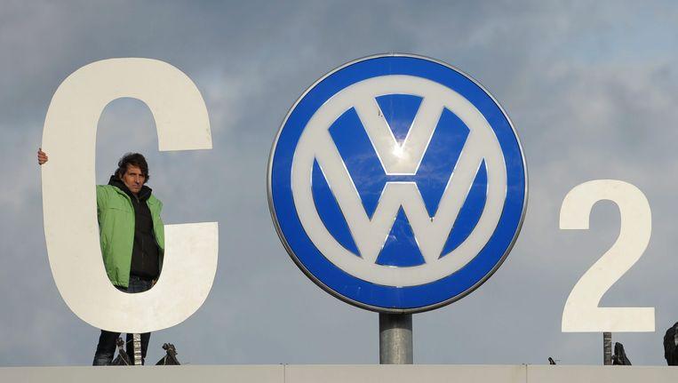 Een Greenpeace-activist in Wolfsburg. Beeld EPA