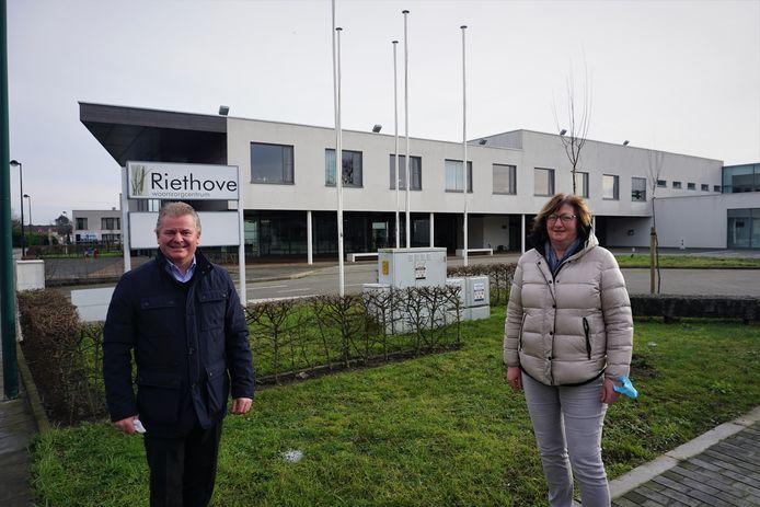 Burgemeester Anthony Dumarey en Erna Galle, directeur van woonzorgcentrum Riethove in Oudenburg.
