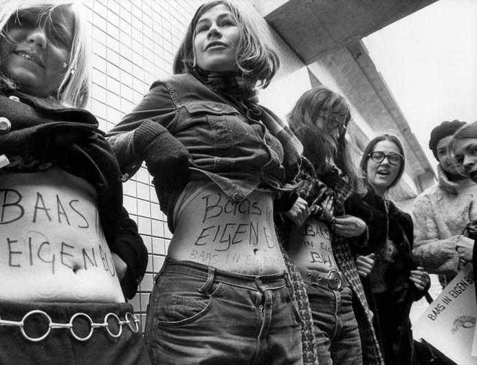 Dolle Mina's protesteren in 1970 in Utrecht voor geboorteregeling en abortus.