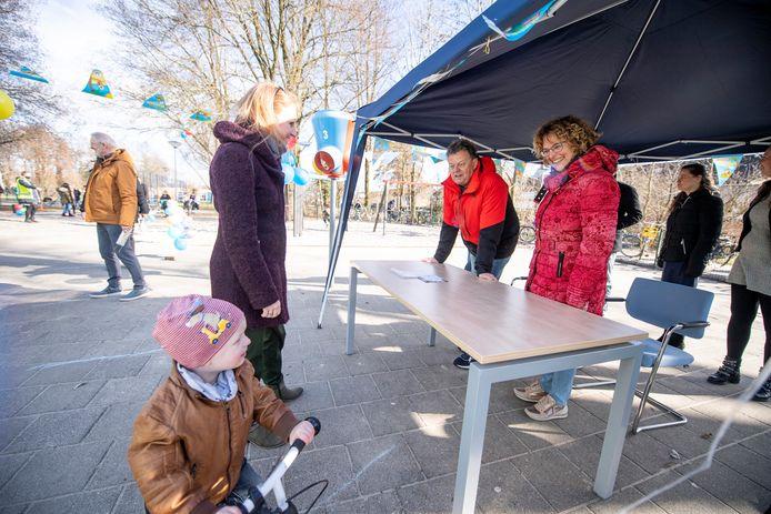 Gerrit Hendriks (achter de tafel in roodzwarte jas) neemt afscheid van basisschool de Telgenborch in Almelo. Hij heeft er 42 dienstjaren opzitten.