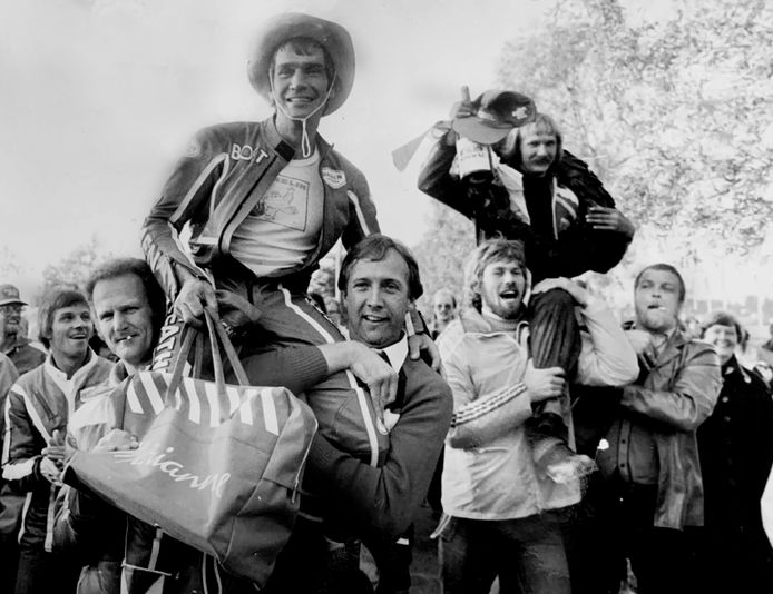 Boet van Dulman (links) gaat op de schouders bij supporters na zijn enige GP-overwinning ooit, in 1979 in het Finse Imatra.