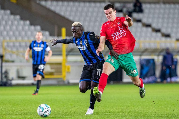 Krépin Diatta (l.) van Club is sneller dan KV Oostende-speler Frederik Jäkel, woensdagavond in de Jupiler Pro League. Beeld BELGA