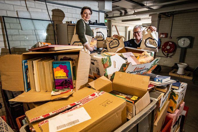 Hans Hulshof en Güliz Tonruc van de Rotary Deventer. Omdat ze geen boeken op de boekenmarkt kunnen verkopen, doen ze het nu via een tassenactie.