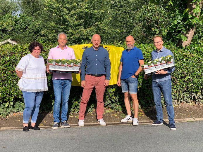 N-VA-bestuursleden Ilse De Cock, Guy Uyttersprot, Stijn Stassijns, Jelle Stassijns en Gunther Van den Broeck trokken op de Vlaamse feestdag op pad om bloemetjes uit te delen.