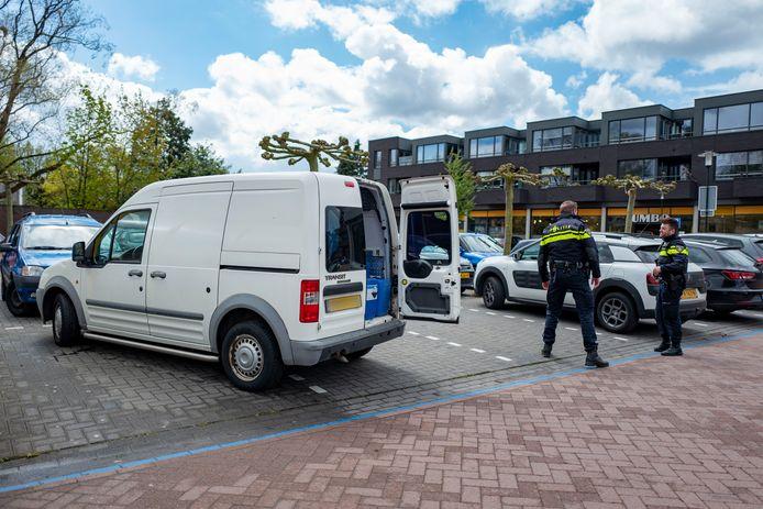 Het lokbusje staat in Hilvarenbeek op de parkeerplaats bij de Jumbo. Rechts projectleider Mitchel Verregghen.