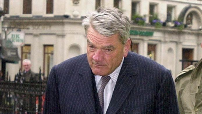 David Irving stapt in 2000 een Britse rechtbank binnen terwijl hij met eieren wordt bekogeld.