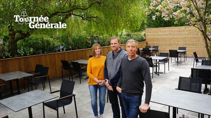 Carine, Eric en Pedro Maes bij het terras dat werd aangelegd om zaterdag de deuren te kunnen heropenen.