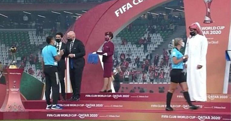 Een sjeik van de organisatie van het recente WK voor clubs bedankte alle scheidsrechters, behalve die ene vrouwelijke assistent-scheidsrechter die geen hand kreeg. Beeld rv