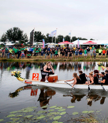 Drakenbootrace: keihard roeien tussen de waterlelies