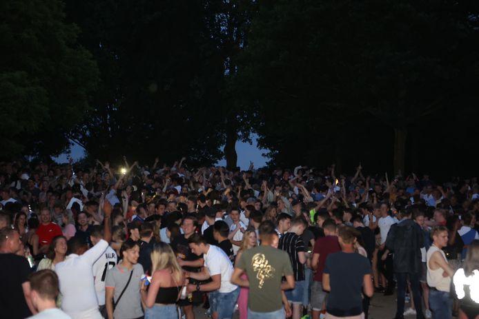 Een paar honderd jongeren vierden woensdagavond feest bij de Zuiderplas in Den Bosch.
