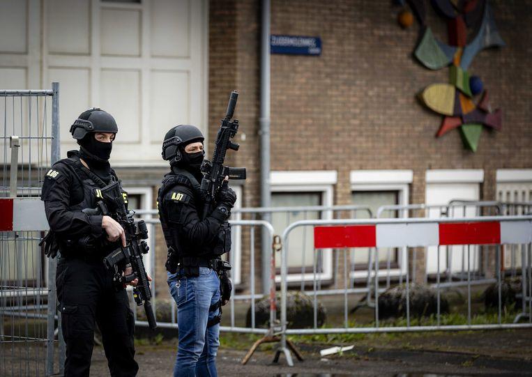 Zwaarbewapende agenten bij de extra beveiligde gerechtsbunker in Amsterdam, tijdens aan de tweede inleidende zitting in het Marengo-proces. Beeld EPA