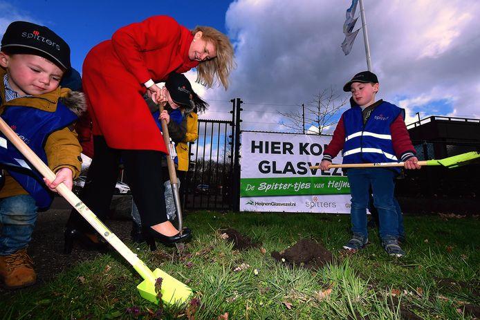 Precies twee jaar geleden zette staatssecretaris Mona Keijzer de eerste spade in de grond voor de aanleg van glasvezel in de gemeente Roosendaal.
