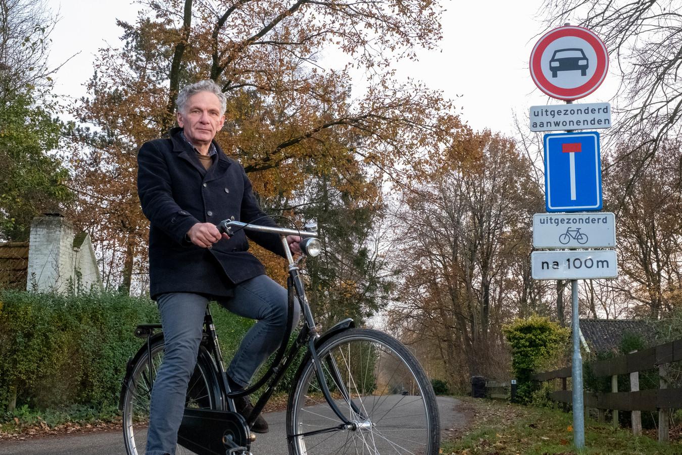 Rens Polinder, bewoner van de Berkenweg in Doornspijk, zag op piekmomenten tegen de veertig auto's langs de weg staan.