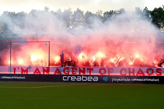 Fans van De Graafschap zorgen voor sfeer tijdens het eerste promotieduel bij Almere City FC.