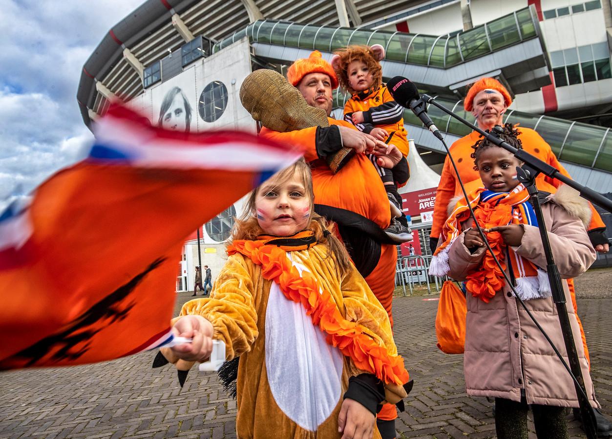 Oranje-fans voor het duel met Letland dat door 5000 toeschouwers in de Arena mocht worden bezocht.