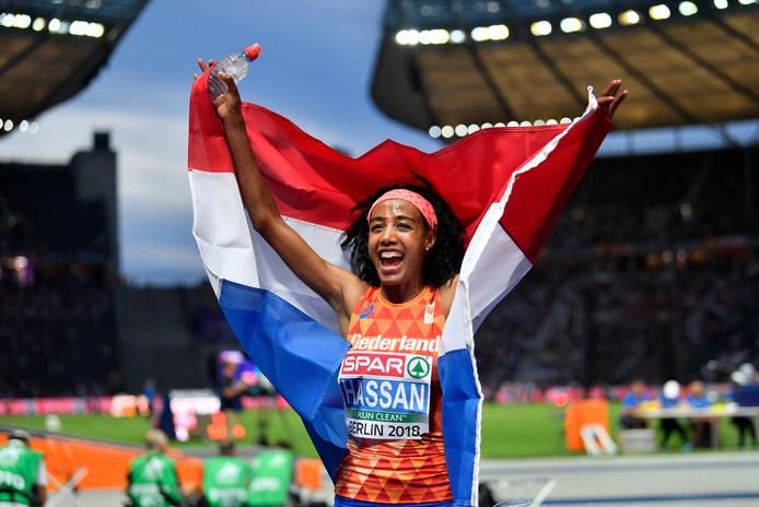 Sifan Hassan viert haar overtuigende zege op de 5 kilometer in Berlijn.