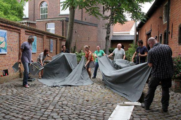 Vrijwilligers gaan van start met de opbouw van het Festival van de Verloren Onschuld