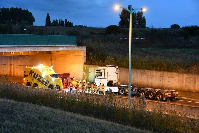 De vrachtwagen reed bij de ingang van de tunnel tegen de tunnelwand.